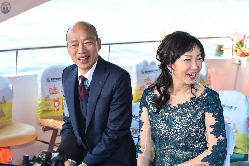 20181225-高雄市長韓國瑜25日於愛河畔舉行宣誓就職暨交接典禮,並與夫人李佳芬搭乘愛之船進入會場。(顏麟宇攝)