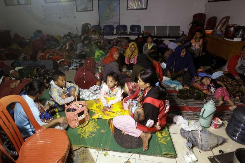 印尼海嘯造成逾萬人無家可歸,避難所又缺乏水資源和醫療物資,許多孩童生病發燒(AP)
