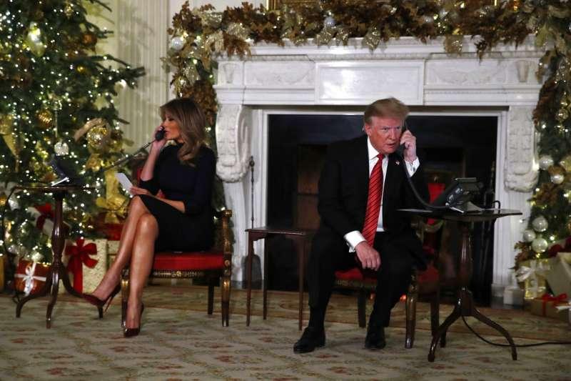 2018年12月24日,美國總統川普與第一夫人梅蘭妮亞接聽北美防空司令部(NORAD)「追蹤耶誕老人」計畫,協助孩童追蹤耶誕老人。(AP)