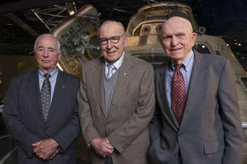 2018年4月5日,阿波羅8號任務退休太空人合影安德斯、洛威爾、博爾曼。(AP)