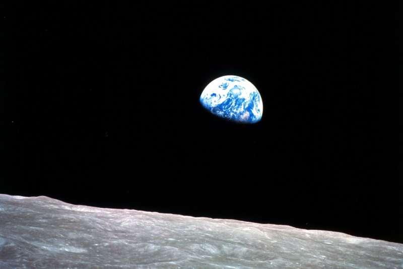 1968年12月24日,3名美國太空人搭乘阿波羅8號太空船,進行人類首次繞行月球軌道任務,並於途中以相機拍下人類史上第一張「地球升起」照片。