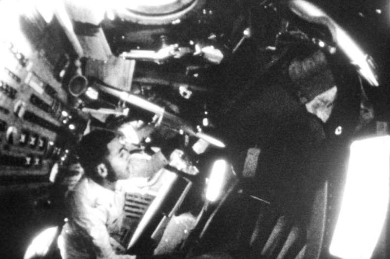 1968年12月阿波羅8號任務太空人安德斯透過機艙窗戶眺望宇宙。(AP)