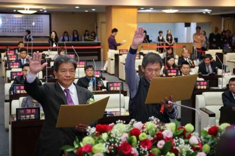 20181225-台南市議會議長郭信良、副議長林炳利在市長黃偉哲及現場親友觀禮和祝福聲中完成宣誓就職。(取自台南市議會網站)
