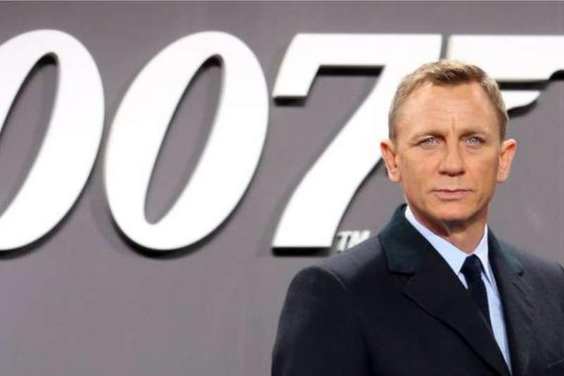 批評者說,作者弗萊明創作的007應該一直保持男性白人中產階級的傳統形像。如果有人想做根本改變,就自己去寫劇本創作好了,不要改變弗萊明的007。(圖/BBC中文網)