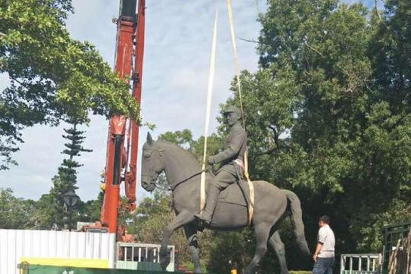 大甲鐵砧山中正雕塑公園的蔣公雕像,被民眾發現在台中市長交接典禮前一天遭到移置,質疑是政治操作。(取自臉書社團「我愛大甲2」)