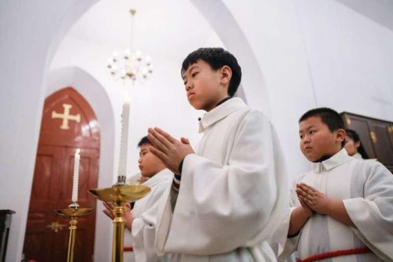 2018年12月24日,年輕的基督教徒在北京一所教堂參加彌撒。(BBC中文網)
