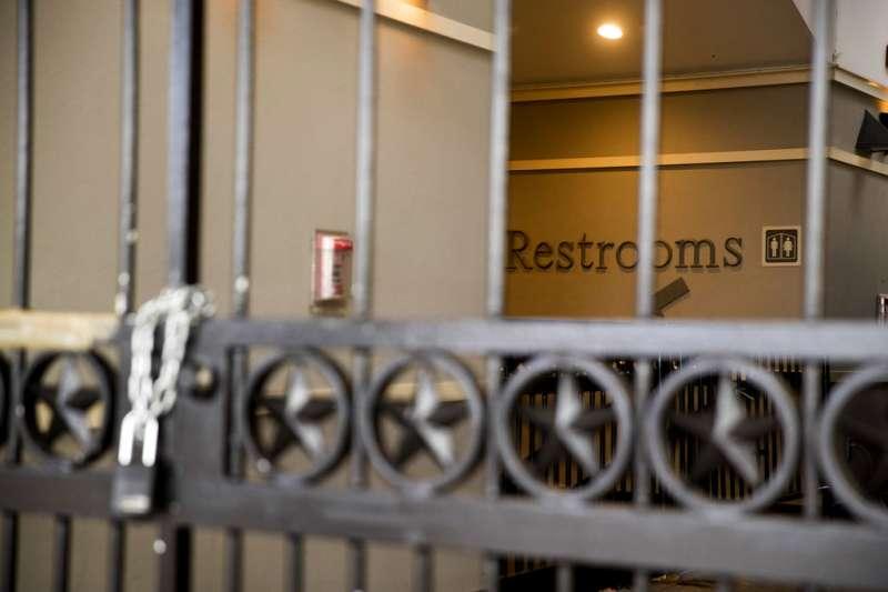 美國聯邦政府關門,白宫南草坪外的Ellipse Visitor Pavilion遊客中心也大門深鎖。(美聯社)