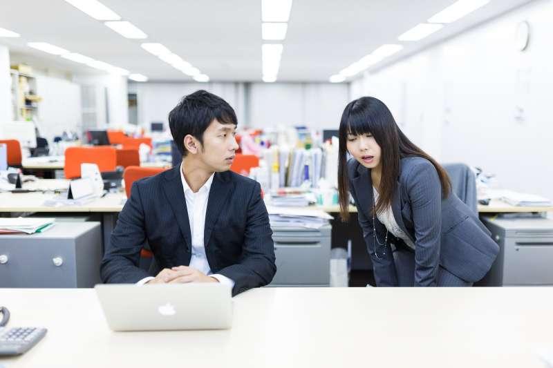 「不會要自己學,不要在那邊等別人來教!」你在職場上有遇過「慣老闆」的經驗嗎?面對慣老闆的無理行為應如何應對?(圖/すしぱく@PAKUTASO)