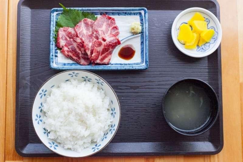 日本料理店的鯨肉刺身定食。(翻攝網路)