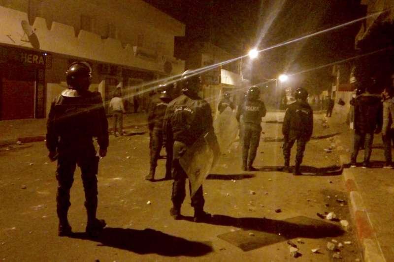 突尼西亞記者卓奇自焚,引發反政府抗議,圖為25日維安部隊在該國城鎮卡塞林巡邏。(AP)