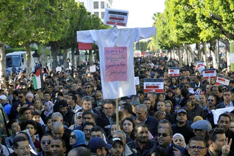突尼西亞教師12月19日罷工抗議,要求政府調薪。(AP)