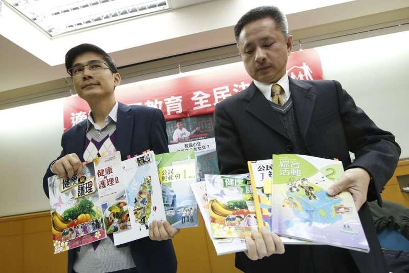 曾獻瑩(左)表示他們推動的公投主文,不主張同性婚姻立專法。(郭晉瑋攝)