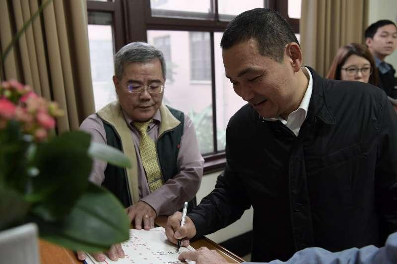 20181227-六都新任市長今(27)日首度到行政院參與行政院會,圖為新北市長侯友宜進行簽到。(行政院提供)
