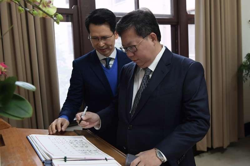 20181227-六都新任市長今(27)日首度到行政院參與行政院會,圖為桃園市長鄭文燦進行簽到。(行政院提供)