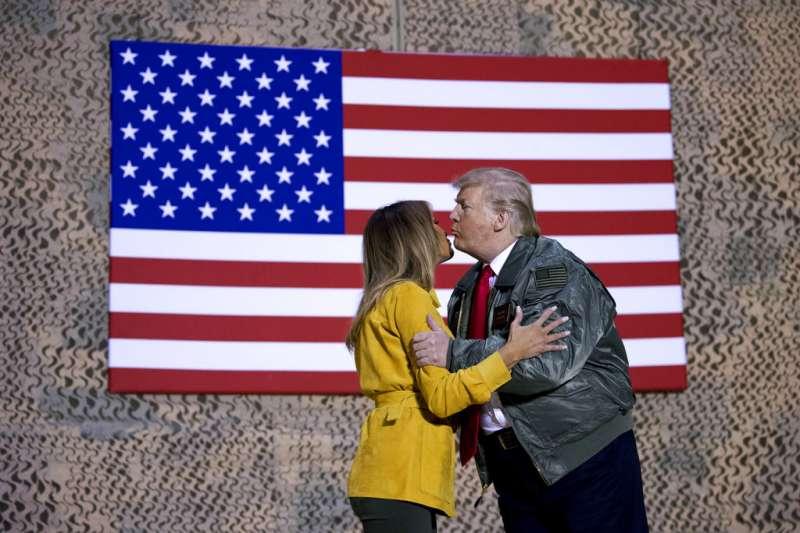 美國總統川普26日閃電訪問伊拉克,與約百名大多隸屬特種部隊的美軍寒暄,還和第一夫人梅蘭妮亞大秀恩愛。(AP)