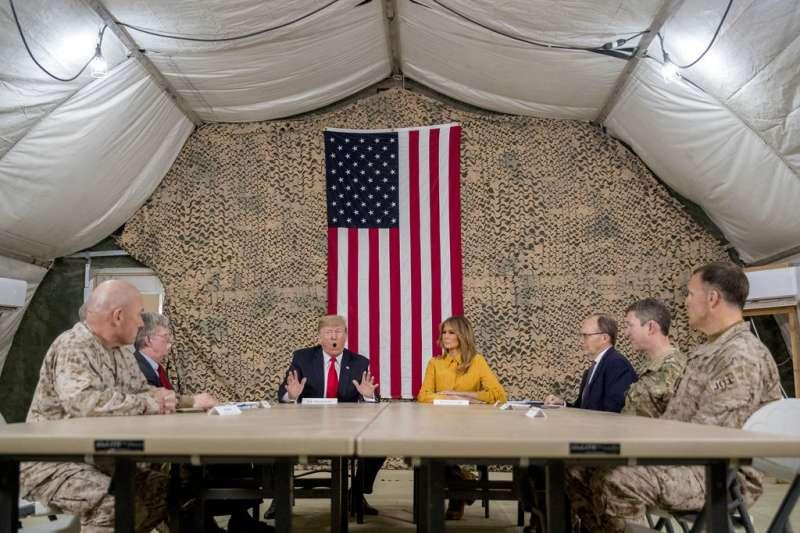 美國總統川普26日閃電訪問伊拉克,與約百名大多隸屬特種部隊的美軍寒暄。(AP)