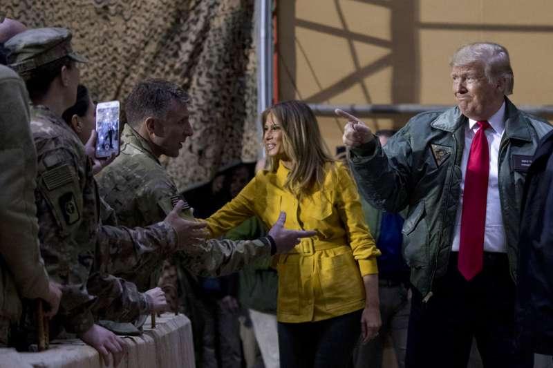 2018年12月26日,美國總統川普與第一夫人梅蘭妮亞造訪伊拉克美軍基地,與官兵握手。(AP)