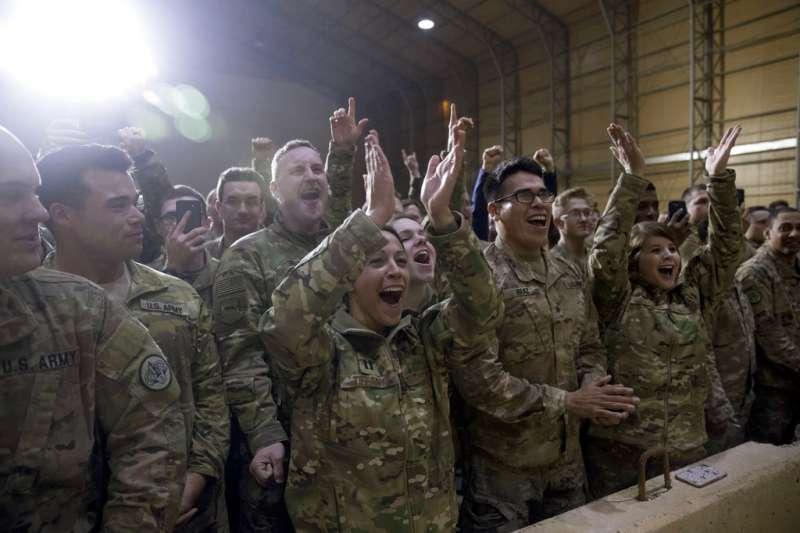 2018年12月26日,美國總統川普與第一夫人梅蘭妮亞造訪伊拉克美軍基地,官兵歡呼。(AP)