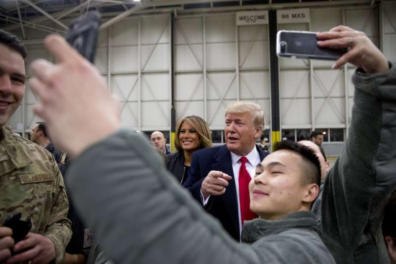 2018年12月26日,美國總統川普與第一夫人梅蘭妮亞造訪伊拉克美軍基地,官兵紛紛要求自拍。(AP)