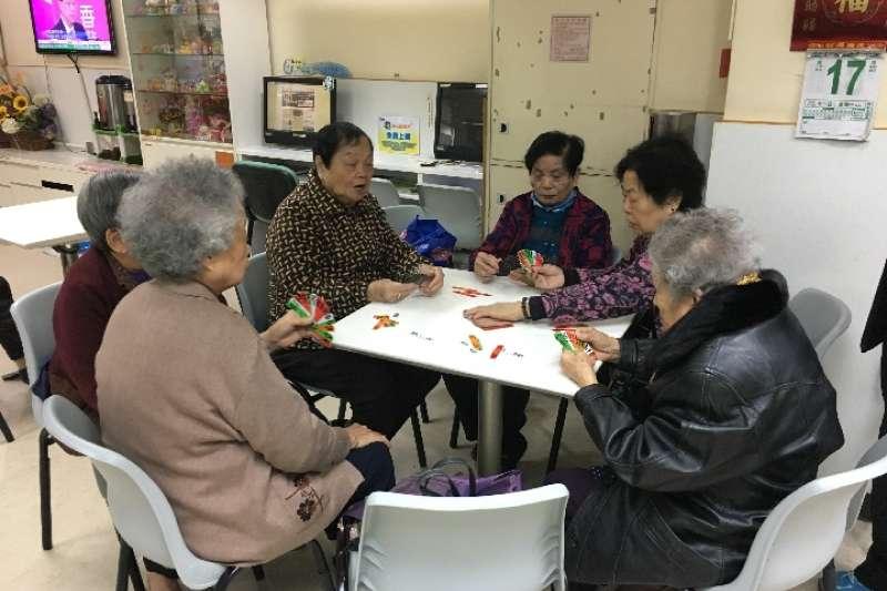 年近90歲的香港長者們總會相約在午後打牌。(新華社)
