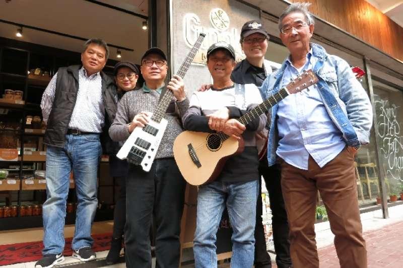 香港老人徐秉仁與其他樂隊成員的合照。(新華社)