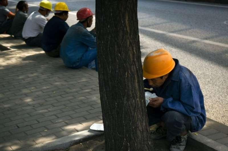 作者說明,中國工人應徵工作一經錄取,第一天就要交100元人民幣(約12美元)的登記費,這筆錢不退,而春絲企業每逢雇工旺季,譬如農曆春節過後,就故意多錄取工人;這是他們的搖錢樹。(示意圖非本人/取自BBC中文網)