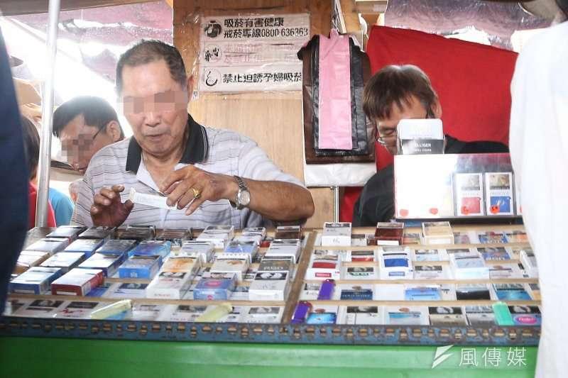 白牌菸在市場、攤販、菸酒專賣店中隨處可見,以低於合法香菸極大的價錢,成為癮君子們的新寵。