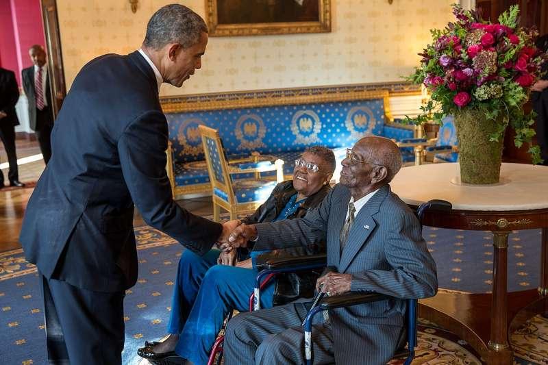 2013年,時任美國總統歐巴馬會見美國最年長的二戰老兵歐佛頓(Richard Overton,右)。(Wikipedia / Public Domain)