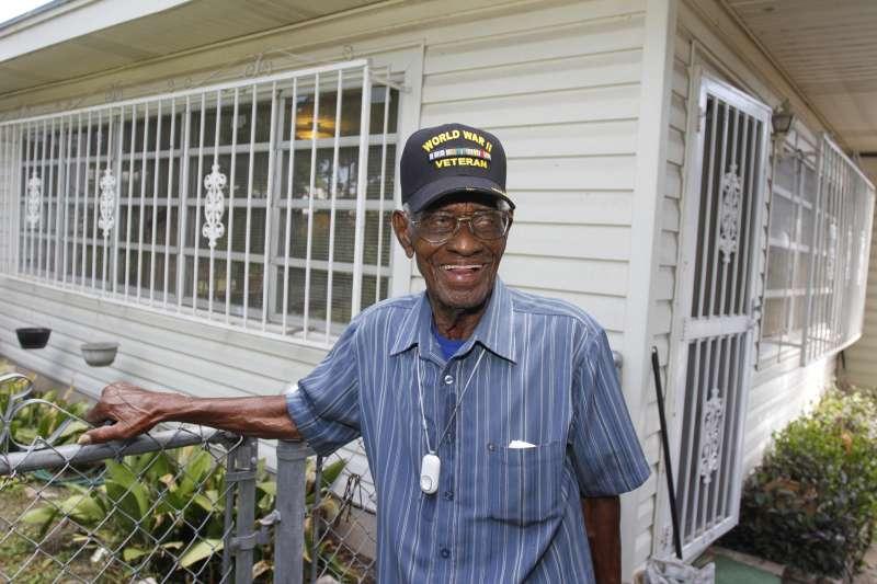 美國最年長二戰老兵歐佛頓(Richard Overton)2013年在自家後院拍照。(AP)
