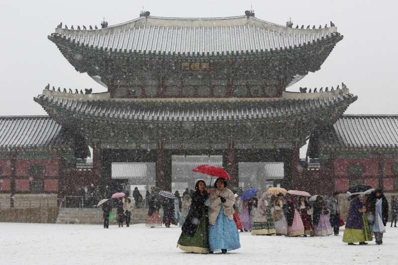 首爾景福宮前的雪景。(美聯社)