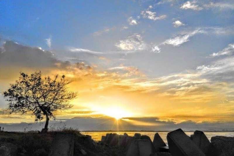 2019的第一天可到高雄市長韓國瑜的戶籍地,林園區汕尾觀看「市境之南樹」及欣賞大武山日出。(圖/高市府觀光局提供)