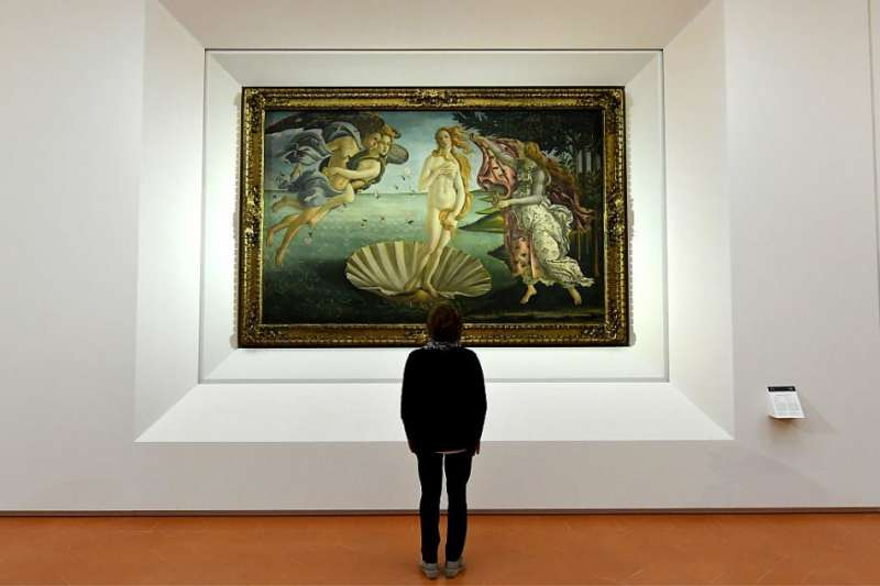 難道太美真的會要人命?藝術之都佛羅倫斯專門誘發離奇病「司湯達綜合症」,專家猜測可能是美感刺激過度,讓人被美到昏倒、心臟病發……(圖/Botticelli The Birth of Venus (ca 1480). Photo: Alberto Pizzoli/AFP/Getty Images,城市美學新態度提供)