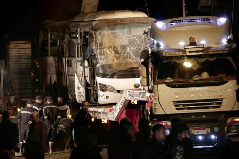 2018年12月28日,越南觀光團在埃及遊金字塔時在遊覽車上遇炸彈爆炸,釀4死11傷。(AP)