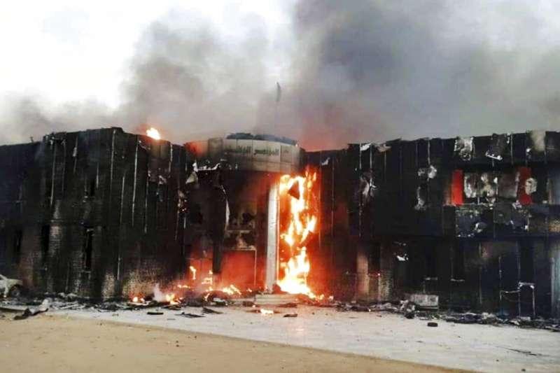 蘇丹民眾不滿麵包漲價釀示威遊行,民眾焚燒執政黨總部。(AP)
