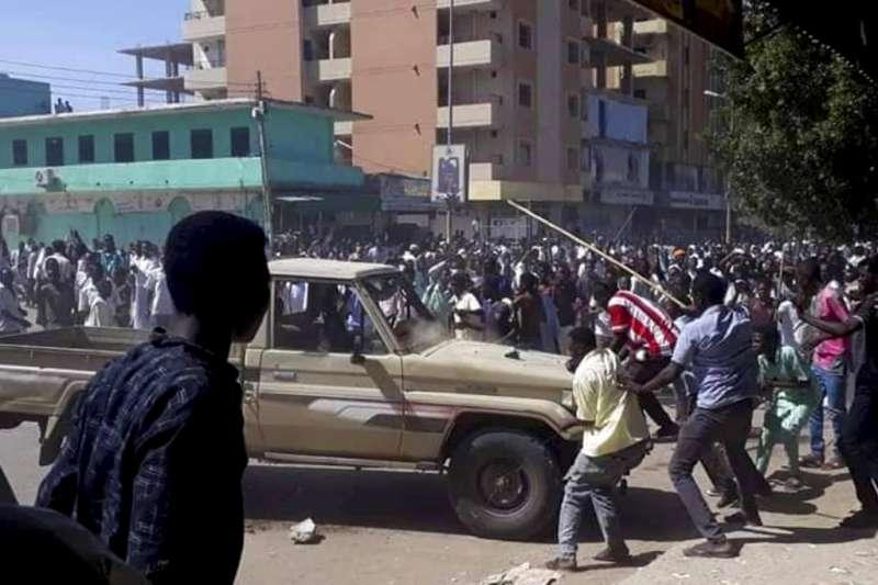 蘇丹民眾不滿麵包漲價釀示威遊行,民眾上街抗議。(AP)
