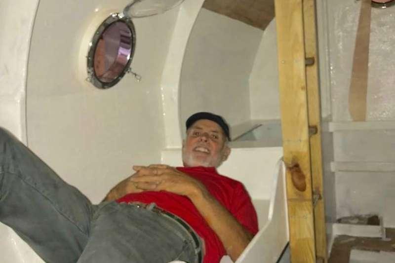 艙內的床鋪附有安全帶,讓薩方夜晚入睡時不至於被海水波動給震下床。(翻攝自臉書)