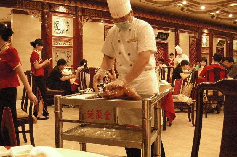 全聚德的師傅正在片鴨肉。(einalem@Wikipedia / CC BY-SA 2.0)