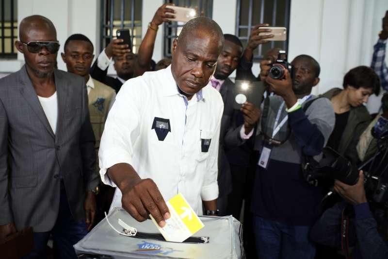 2018年12月30日,非洲剛果民主共和國舉行總統選舉,反對黨總統候選人法于魯(Martin Fayulu)進行投票(AP)