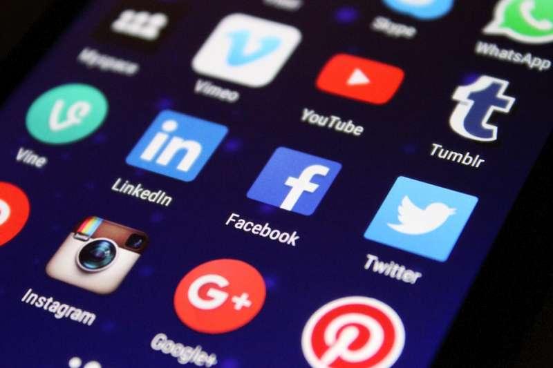 隨著網路普及,社群媒體上流動的資訊數量也急速成長。(Pixabay)