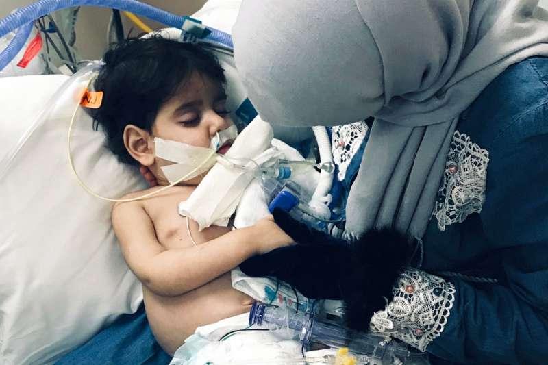 川普穆斯林禁令拆散家庭,圖為葉門母親斯威莉守在瀕死兒的病床邊。(AP)