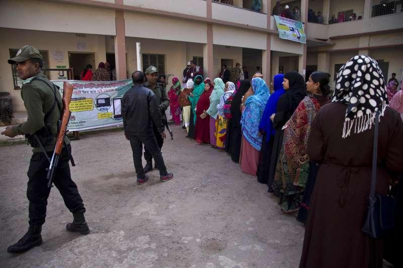 2018年12月30日,孟加拉國會選舉,選民大排長龍,一旁有軍警戒護。(AP)