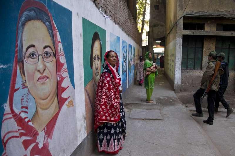 2018年12月30日,孟加拉國會選舉,民眾與總理哈希納肖像合照。(AP)