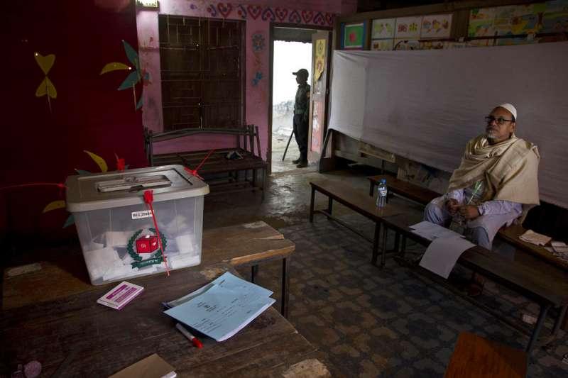 2018年12月30日,孟加拉國會選舉,投票所內部。(AP)