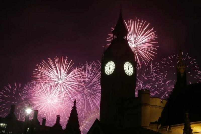2017年1月1日,英國倫敦慶祝新年的煙火秀(美聯社)