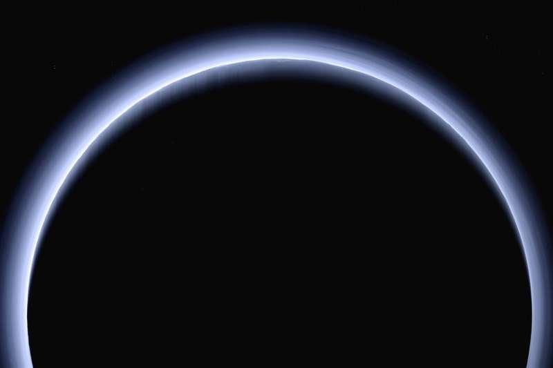 2017年,美國航空暨太空總署(NASA)「新視野號」(New Horizons)太空船,拍下冥王星遮蓋太陽的景象。(AP)