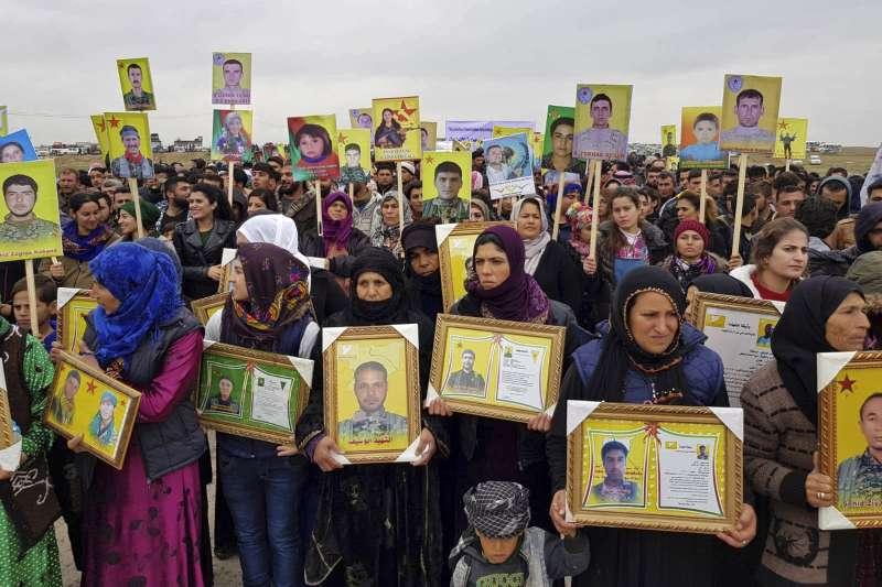 敘利亞北部,庫德族民族為陣亡戰士哀悼(AP)