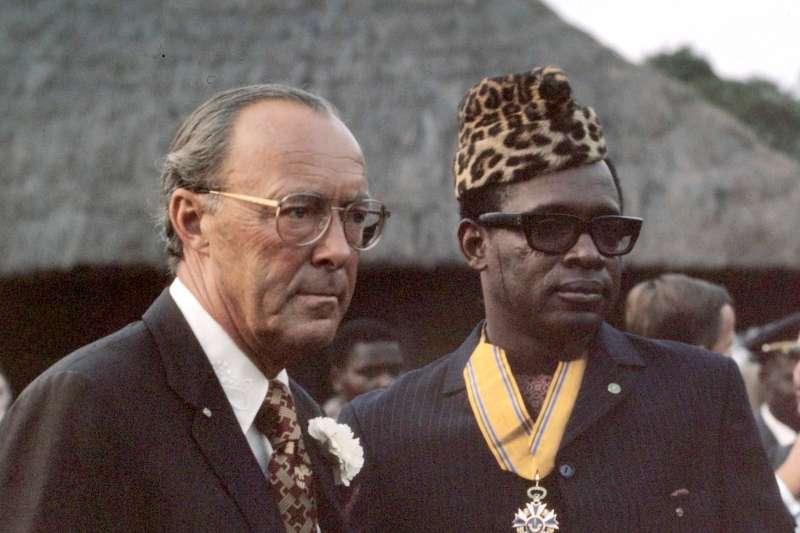 薩伊(後改名剛果民主共和國)總統莫布杜(Mobutu Sese Seko,右)與荷蘭本哈德親王(Prince Bernhard)1973年合影(Mieremet, Rob / Anefo@Wikipedia / CC BY-SA 3.0 nl)