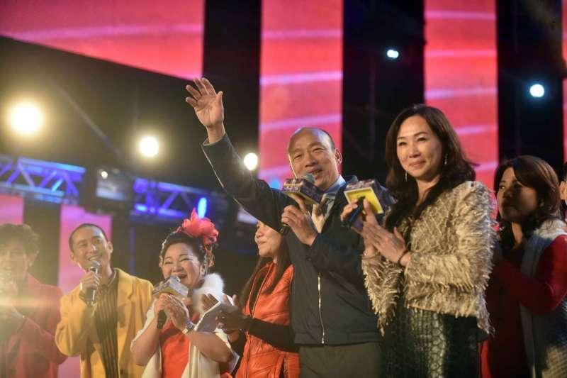 20190101-高雄夢時代跨年現場,高雄市長韓國瑜偕同夫人李佳芬共同出席,韓國瑜並宣布現場達80萬人。(高雄市政府提供)