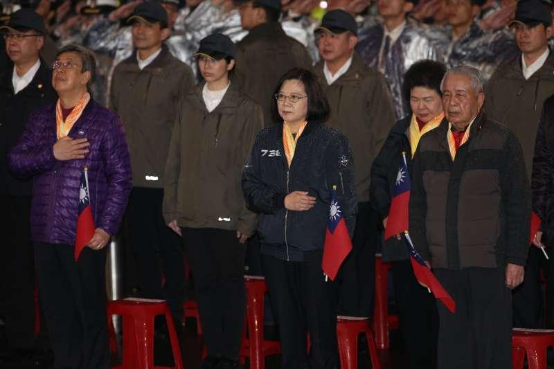 108年元旦升旗典禮於總統府前舉行,總統蔡英文和副總統陳建仁手持國旗領唱國歌。(台北市攝影記者聯誼會提供)