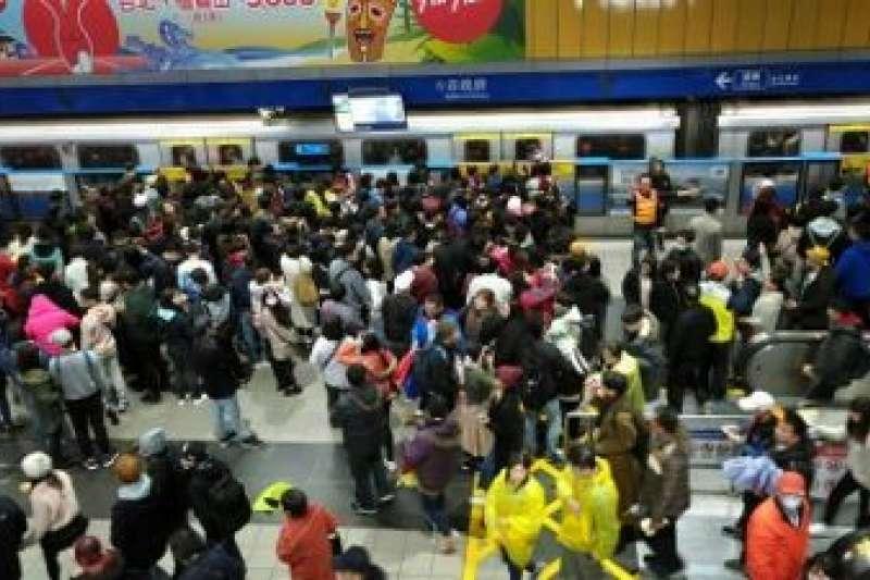 日前傳出有民眾持1280月票搭到破萬元,對此台北市政府公共運輸處釐清後,發現該月票確實都是同1人使用,且每天搭乘次數高達30多次。(資料照,台北市政府提供)